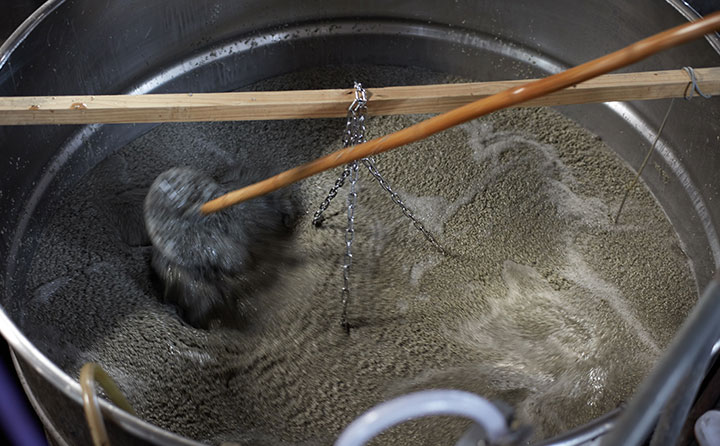 水と酒米、麹を混ぜ合わせる櫂入れ。